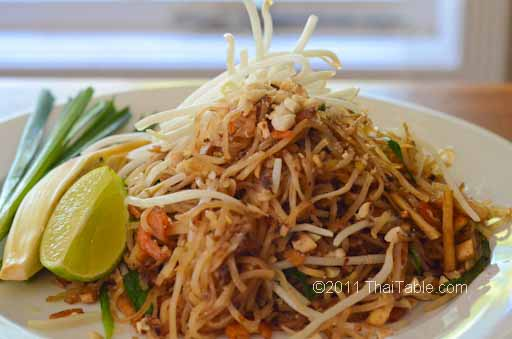 pad thai street food