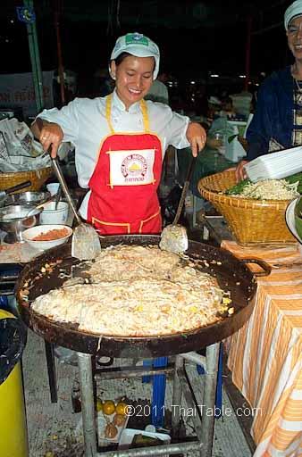 pad thai street food step 9